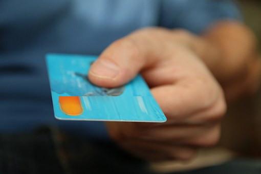 """""""Okazja czyni złodzieja"""". Nieuczciwy znalazca zagubionej karty płatniczej z zarzutami."""