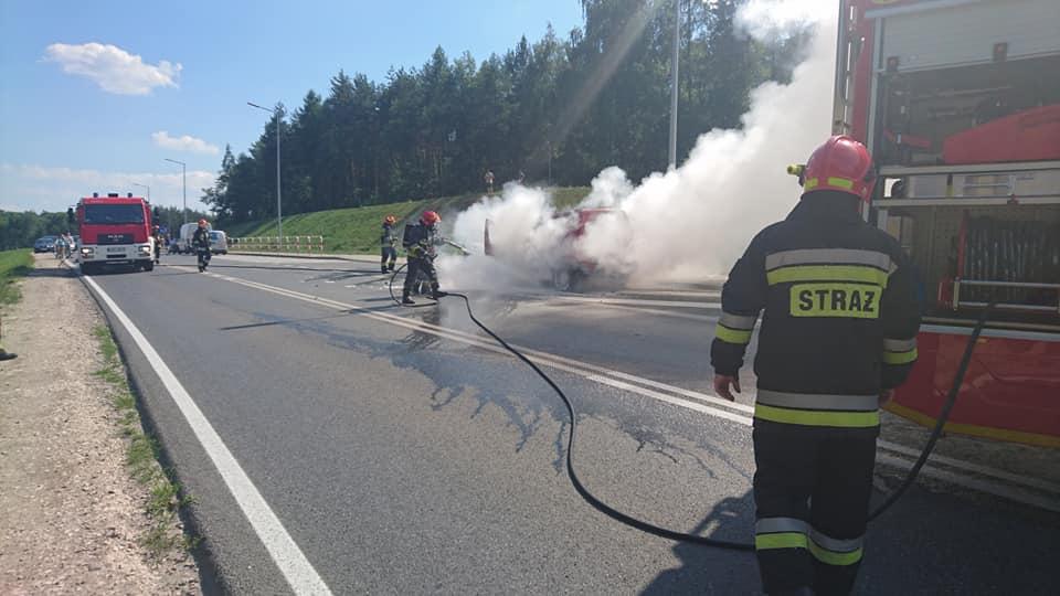 Pożar auta osobowego w Brzesku przy zjeździe z autostrady