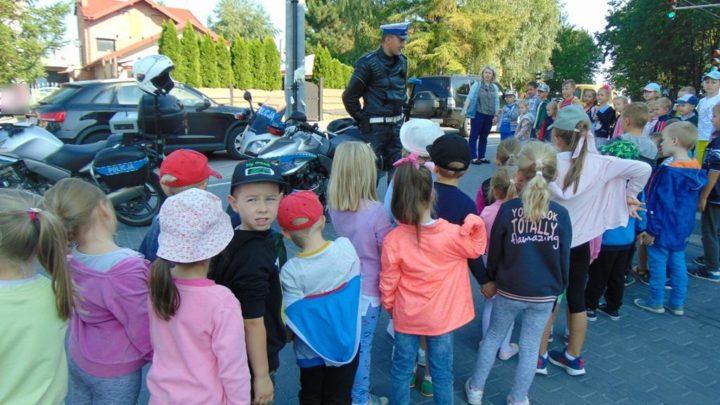 Jak bezpiecznie przejść przez jezdnię? – policjanci radzą i pokazują przedszkolakom